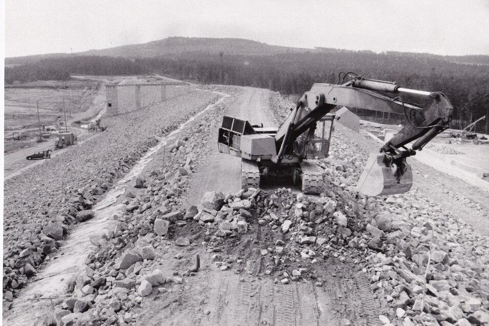 Wegen des permanenten Wassermangels wurde 1988 mit dem Bau eines dritten Speichers begonnen. Für den Bergbau wurde er zu spät fertig, dafür beziehen die Bewohner der Region jetzt von hier ihr Trinkwasser.