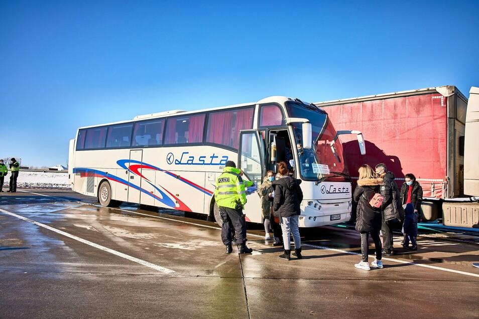 Gestrandet an der Autobahn: Für diesen Bus ging es nicht weiter. Einige Passagiere stiegen in der Not in Taxen um.