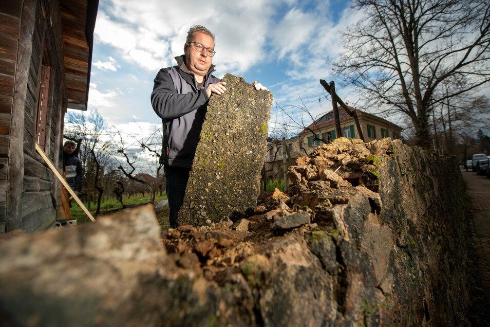 Winzer Steffen Rößler an einem Teil der zerstörten Weinbergmauer bei Bussard. Wer macht so was?, fragt er sich.