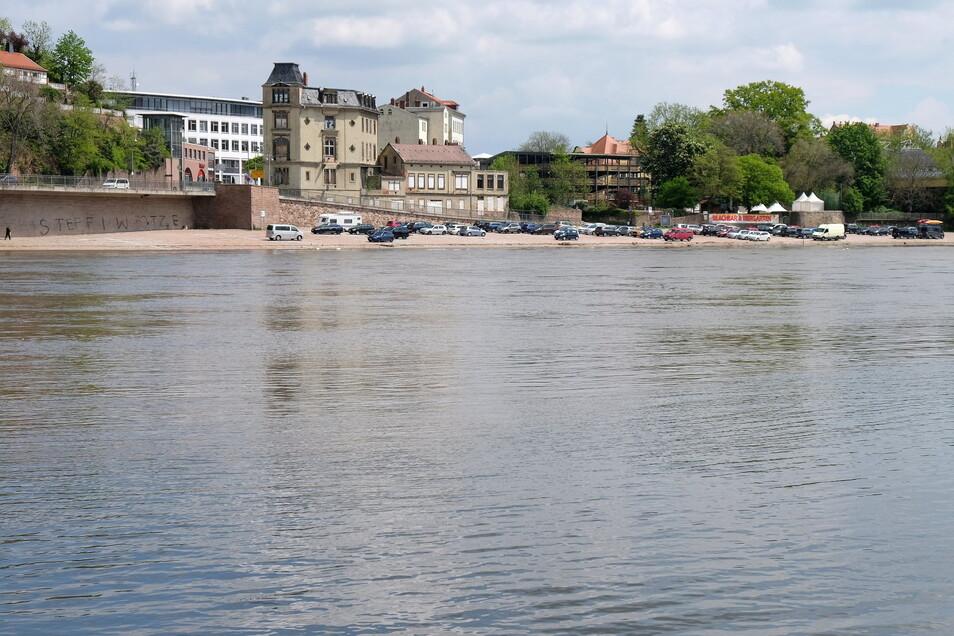 Nach den Niederschlägen der letzten Tage ist der rechtselbische Parkplatz teilweise überflutet.