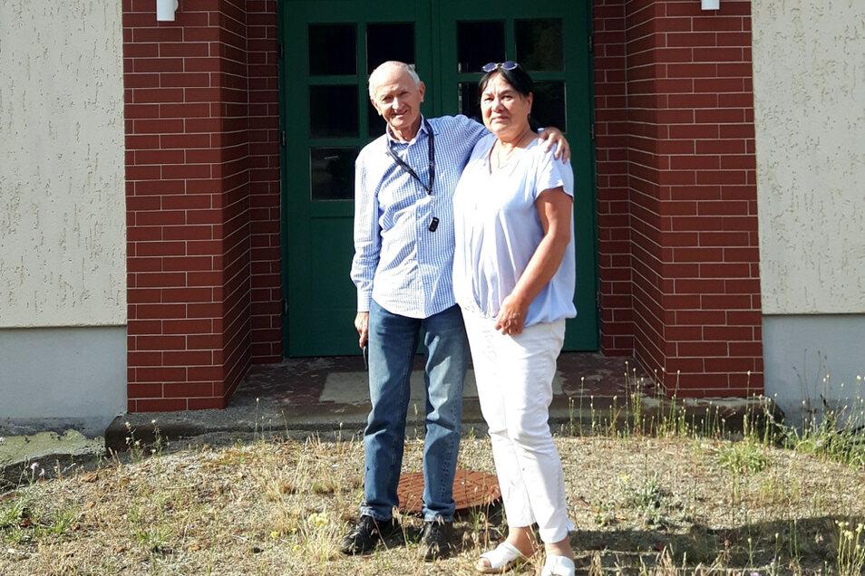 Dieses Foto von Gisbert Schulze und Gabriele Schluttig wurde 2019 vor der ehemaligen Nordschule in Lauta aufgenommen. Der Vater von Gisbert Schulze war hier Lehrer, er unterrichtete Deutsch, Geschichte, Erdkunde.