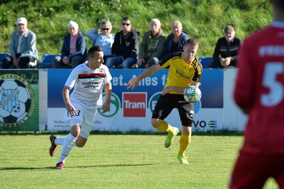Der Bannewitzer Markus Stephan (links) und der Freiberger Stefan Richter im Duell. Der SVB hatte das Heimspiel gegen den Titelanwärter mit 2:1 gewonnen. Seit fünf Monaten aber ruht der Spielbetrieb.