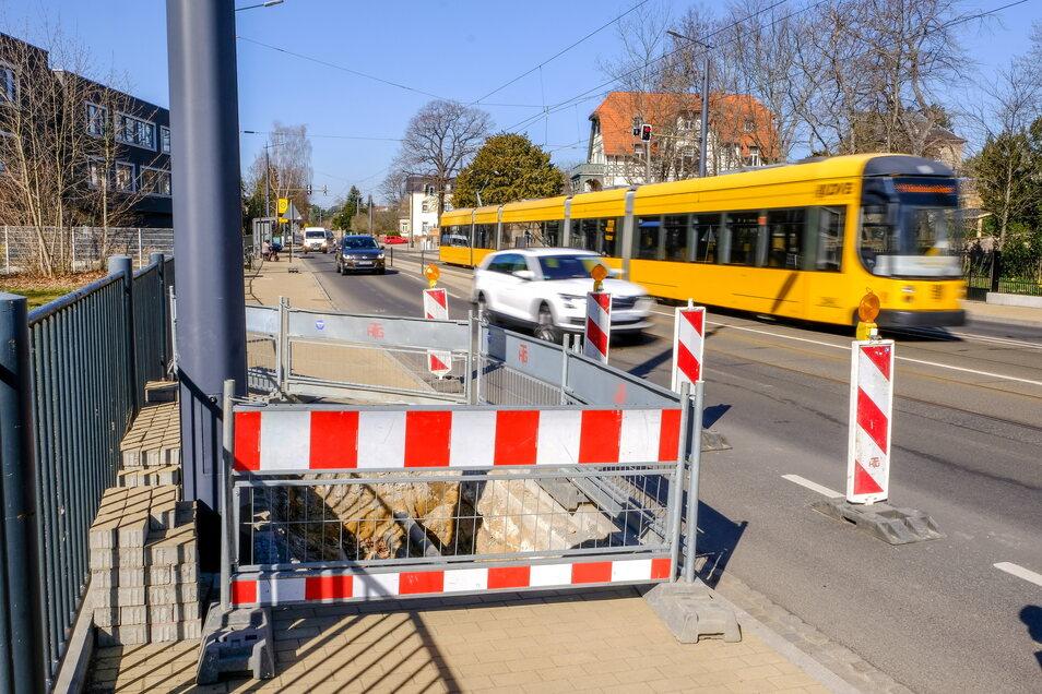 Eine Straßenbahn der Linie 4 ist in Radebeul-Mitte unterwegs.