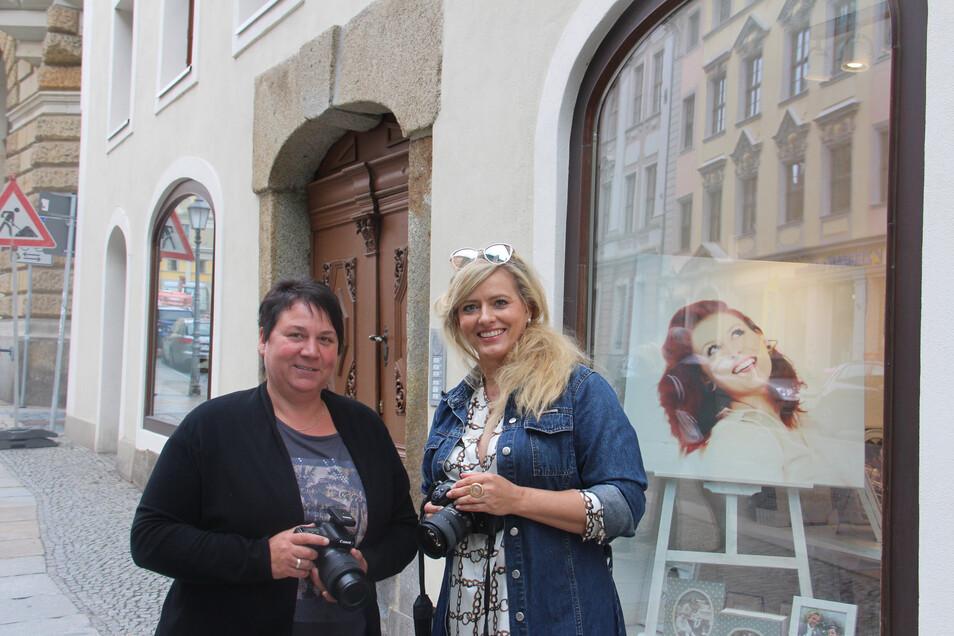 Fotografenmeisterin Annett Scholz (r.) und ihre Mitarbeiterin Annett Groß freuen sich, dass sie im neuen Studio an der Inneren Lauenstraße mehr Schaufensterfläche haben.