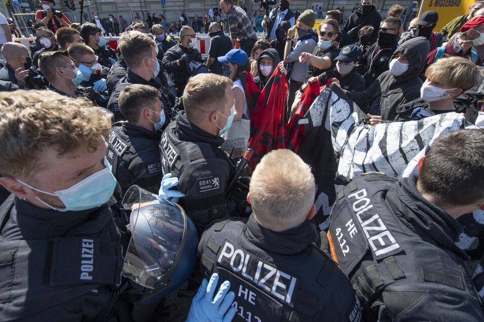Frankfurt/Main: Zu Rangeleien zwischen Polizei und Teilnehmern einer Demonstration kommt es auf dem Rossmarkt in der Innenstadt, nachdem Teilnehmer einer linken und einer rechten Kundgebung aneinander geraten waren.