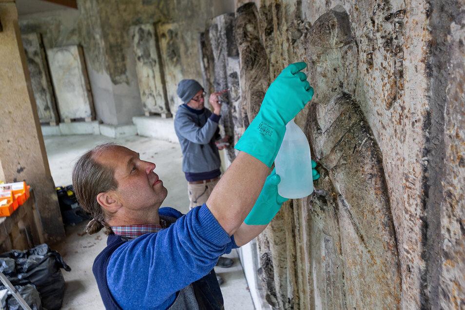 Michael Eilenberger und Heiko Gerloff arbeiten weiter an den Grabplatten in der Denkmalhalle an der Lutherkirche Döhlen.