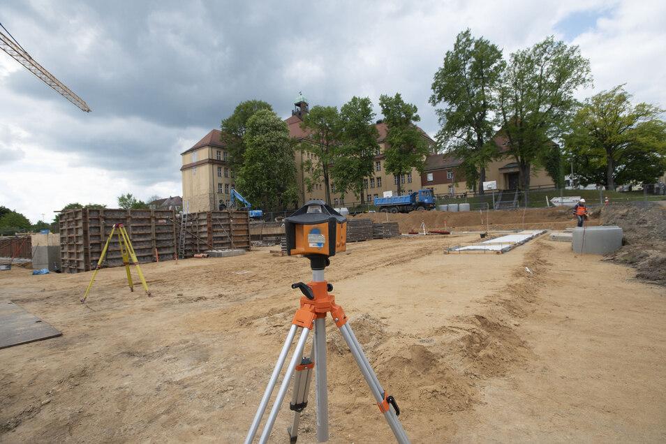 Zurzeit wächst die riesige Baustelle täglich ein Stück mehr. Zuvor wurden 15.000 Kubikmeter Mutterboden, Sand- und Lehmschichten ausgebaggert.