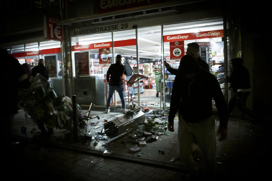 In Stuttgart war es in der Nacht zum 21. Juni zu schweren Auseinandersetzungen gekommen. Randalierer hatten Schaufenster zerstört und Geschäfte geplündert.