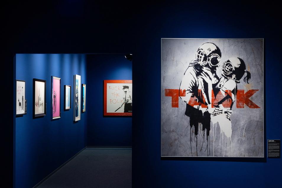 Banksys Werke sind in der Zeitenströmung verschiedenen Räumen thematisch zugeordnet.