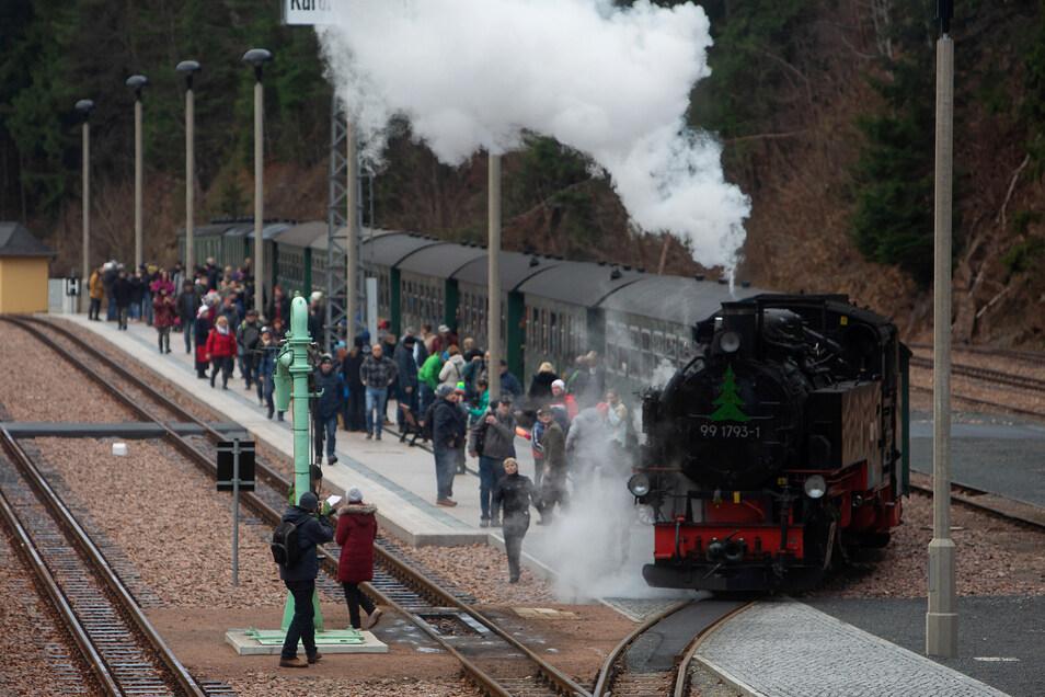 Weihnachtlich geschmückt dampfen die Züge der Weißeritztalbahn am Wochenende nach einem Sonderfahrplan zwischen Freital und Kipsdorf.