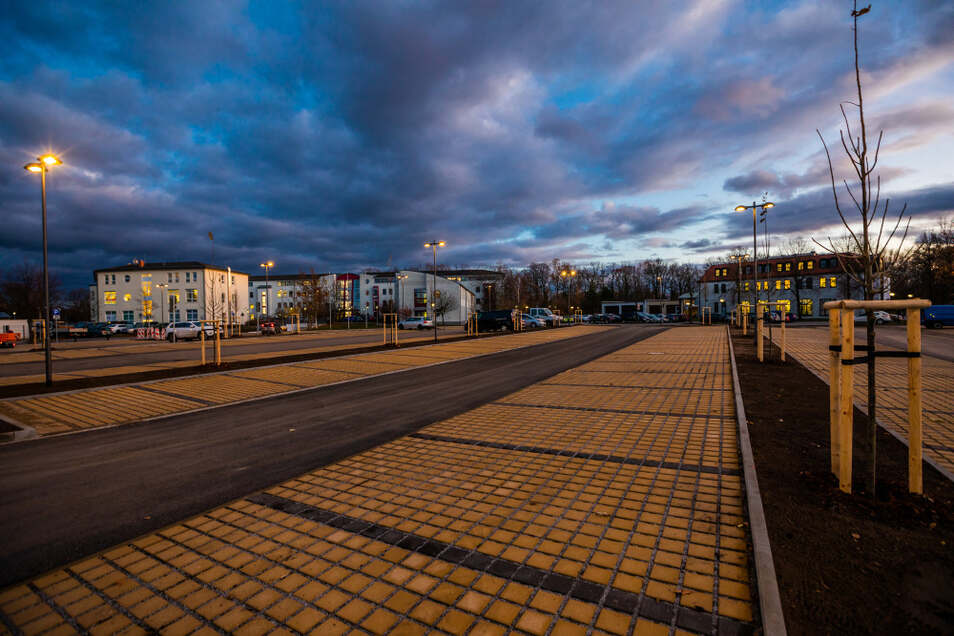 104 reguläre Stellplätze (davon zwei an E-Ladesäulen), drei Behinderten-, sechs Caravan- und zwei Busstellplätze gibt es am Pforzheimer Platz – gebaut mit Fördergeld.
