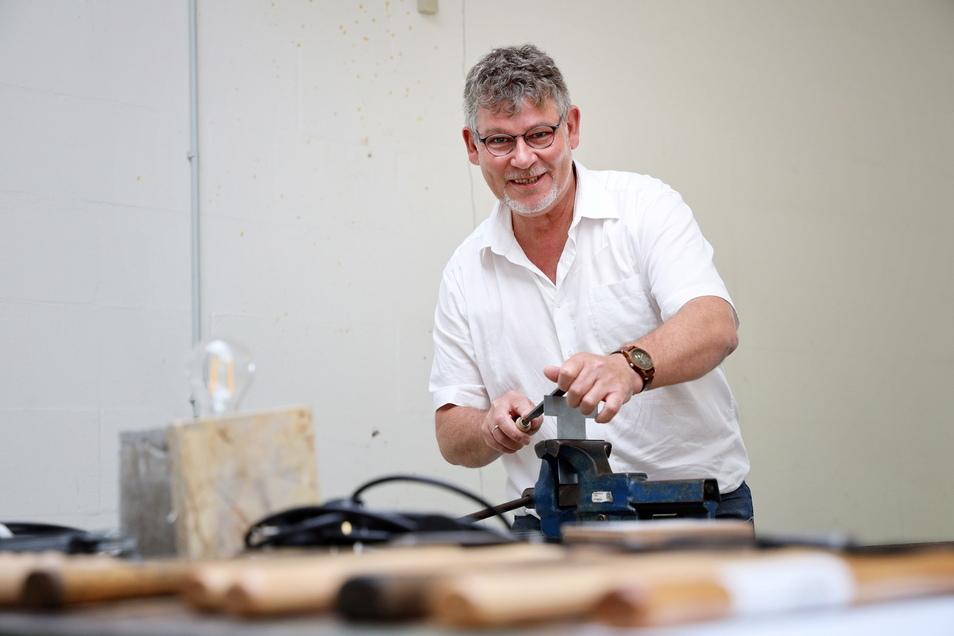 Jens-Torsten Jacob von der Kreishandwerkerschaft Region Meißen testet die Offene Werkstatt an der Langen Straße in Riesa.