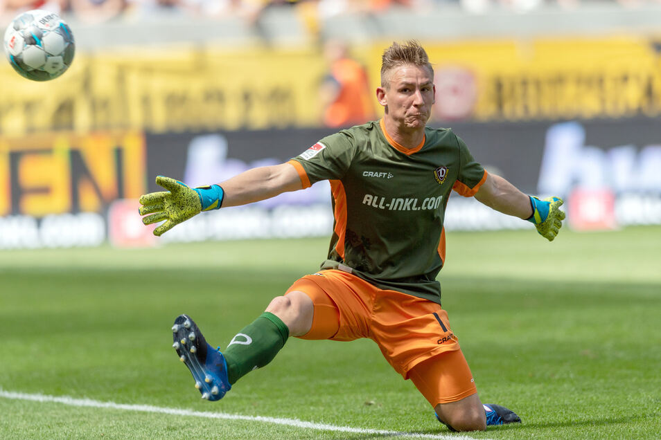 Dynamos Torwart pariert einen Torschuss am 1. Spieltag gegen den 1. FC Nürnberg..