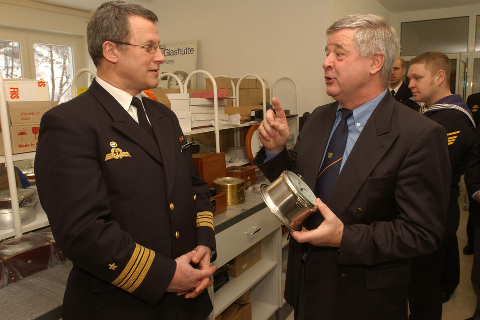 """Kapitän Volker Buller von der Fregatte """"Sachsen"""" (li.) und Firmenchef Hans-Jürgen Mühle fachsimpeln über eine Schiffsuhr aus Glashütte. Das Foto entstand 2005."""