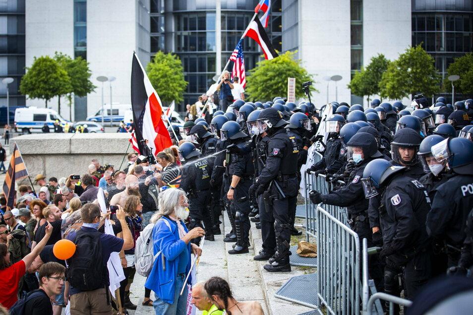 Beim Sturm auf das Reichstagsgebäude im August wehrten ein paar Polizisten Hunderte Demonstranten ab.