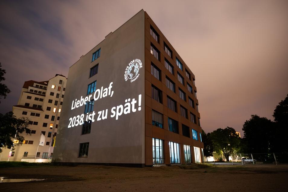 Kurz vor der Wahl: Fridays for Future hat in der Nacht zum Mittwoch die SPD-Landeszentrale in Dresden mit anklagenden Worten angestrahlt.