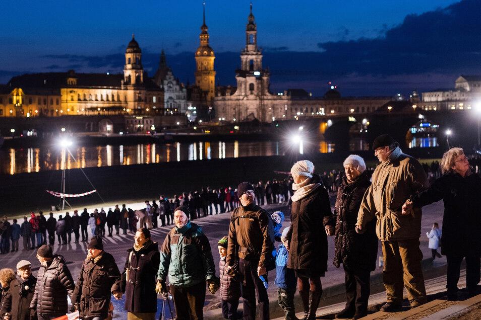 Alljährlich gedenken die Dresdner den Bombentoten. Mit einer Menschenkette, die große Teile der Innenstadt umschließt, setzen sie zudem ein Zeichen gegen Krieg und Missbrauch der Erinnerung.