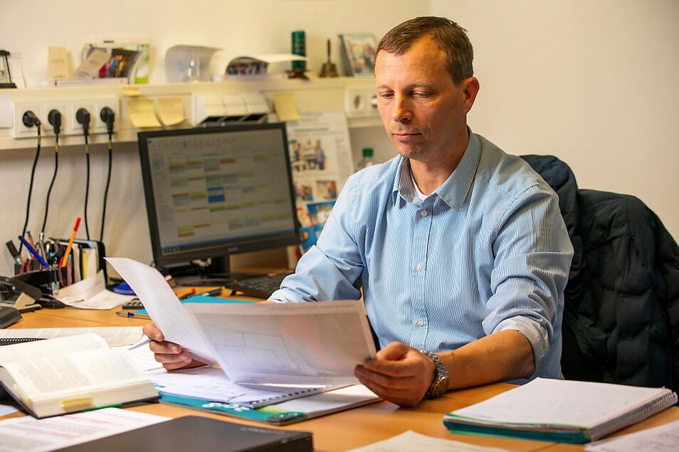 Wittichenaus Bürgermeister Markus Posch an seiner Arbeitsstätte. Hier begutachtet er eine Lageskizze.