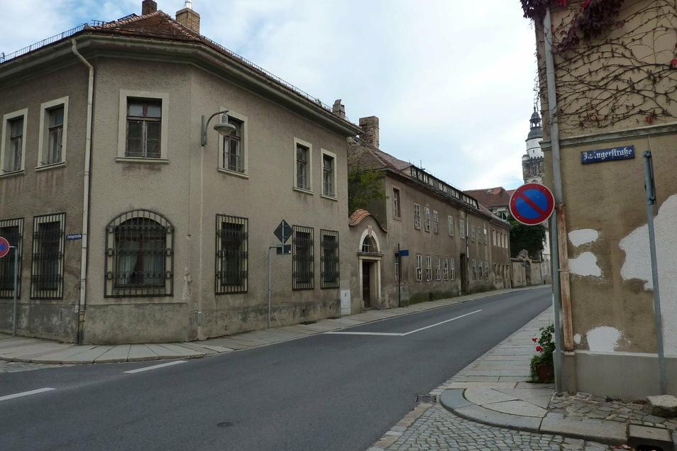 Die Pulsnitzer Straße Ende der 1990er-Jahre, bevor hier saniert wurde und die Arztpraxis Fiedler einzog. Früher befand sie hier die Kreissparkasse.
