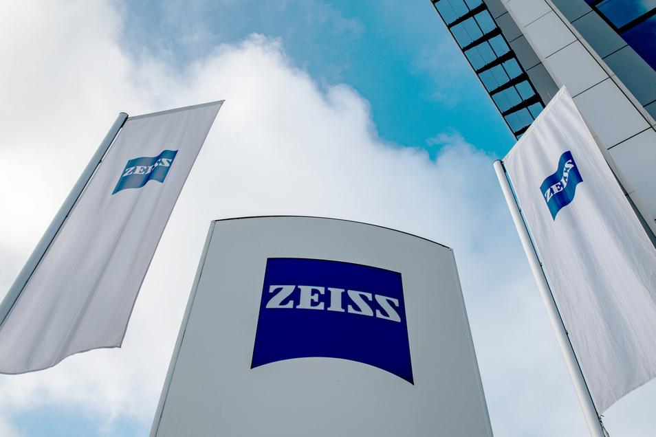 Der Technologiekonzern Zeiss hat das in Dresden gegründete Softwareunternehmen Saxonia Systems AG übernommen und will in der Landeshauptstadt einen Innovation Hub ausbauen.