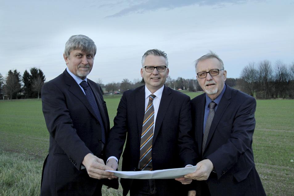 Fünf Jahre sind seither vergangen: Der tschechische Investor Josef Jisa (links), hier mit dem damaligen Stadtrat Thomas Krusekopf (Mitte) und Berater Vladimir Svoboda im Gewerbegebiet Weinau.