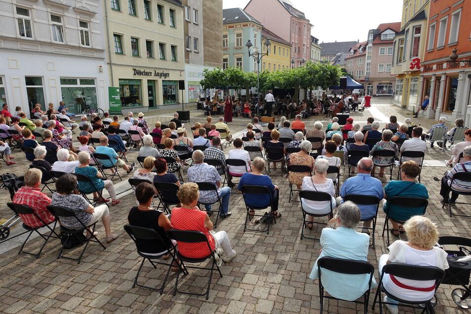 Die Musiker des Mittelsächsischen Theaters spielten am Sonntag auf dem Döbelner Niedermarkt.