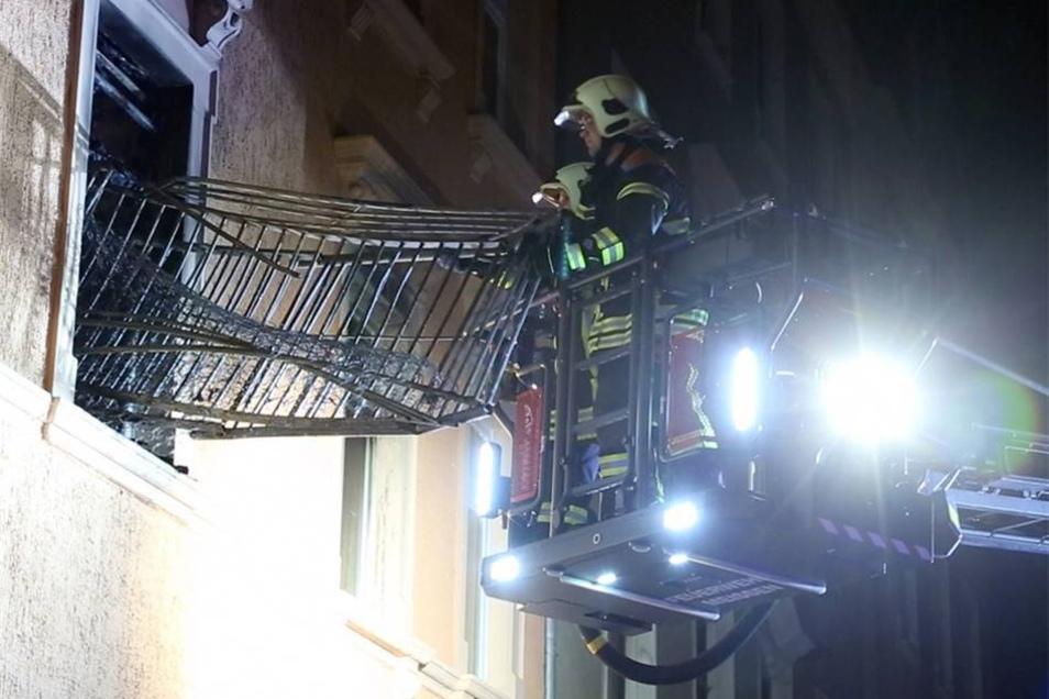 Über die Drehleiter bergen Feuerwehrleute die Trümmer aus dem Zimmer.
