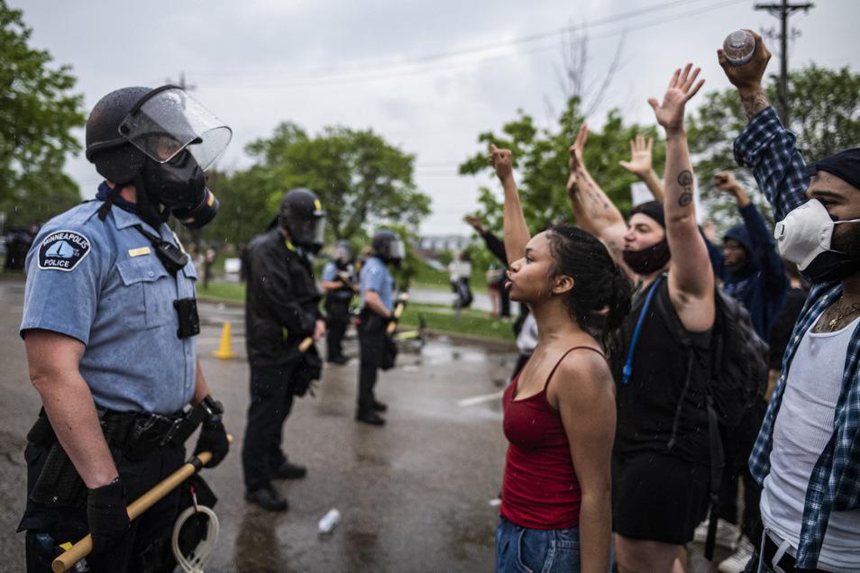 Demonstranten und Polizisten stehen sich nun in Minneapolis bei Protesten gegenüber.