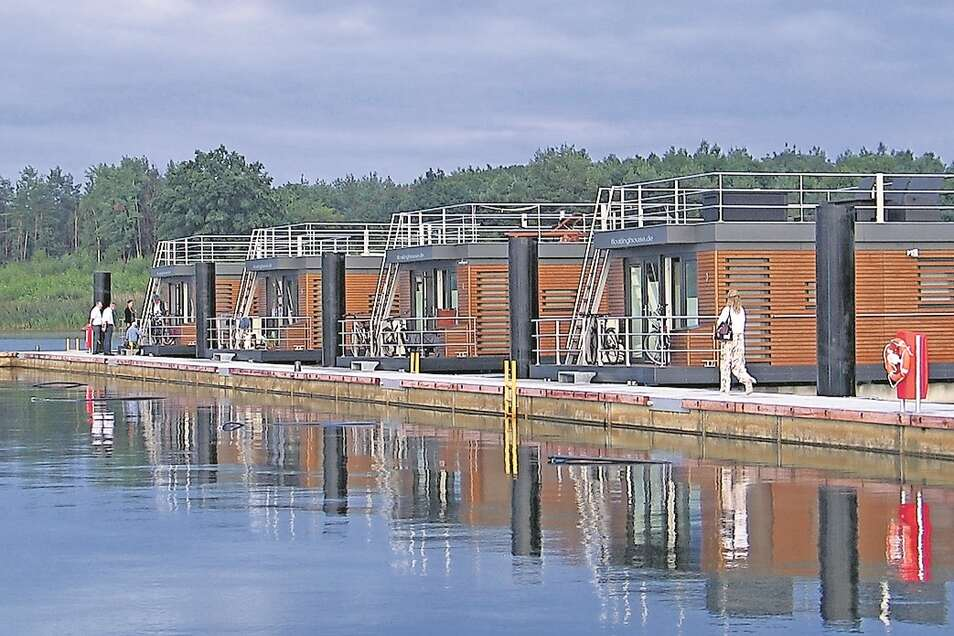 Das sind die schwimmenden Ferienhäuser am Bärwalder See.
