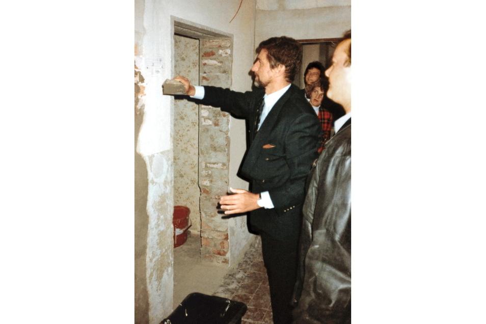 Günter Blümlein legt den Grundstein für die Sanierung des Gebäudes Lange I, 1993
