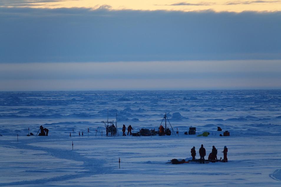 Die Wissenschaft bei der Arbeit auf dem Eis in der Arktis.