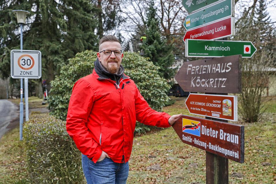 Conrad Siebert steht an der Hochwaldstraße in Lückendorf. Geht es nach dem Vorschlag seiner Wählervereinigung, soll die enge Gasse nur noch für den Anliegerverkehr freigegeben werden.