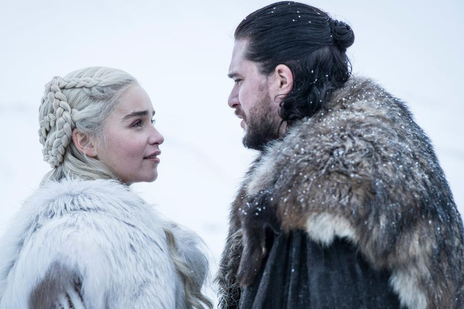 """Emilia Clarke als Daenerys Targaryen und Kit Harington als Jon Schnee in einer Folge der achten Staffel der Serie """"Game of Thrones""""."""