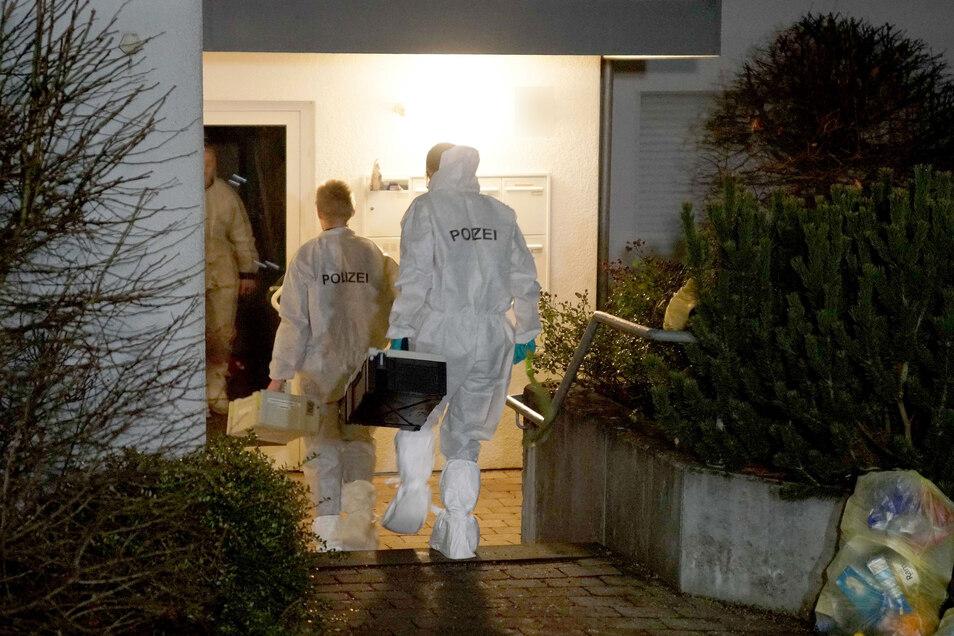 Spurensicherer der Polizei am Einsatzort in Ebersbach. Polizisten hatten zuvor auf eine Frau geschossen, die mit einem Messer auf die Einsatzkräfte zugegangen war.