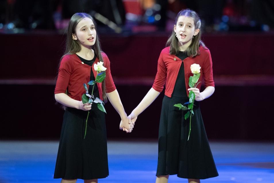 Zwei Kinder des WDR-Kinderchors stehen während des 15. Semperopernballs auf der Bühne.