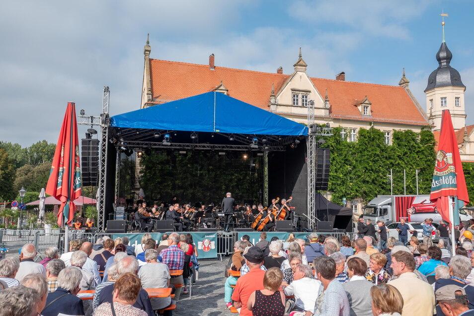 An die Bühne am Rathausplatz - hier das Konzert der Elbland Philharmonie durften nur 999 Besucher. Man sei zeitweise knapp am Limit gewesen, so die FVG.
