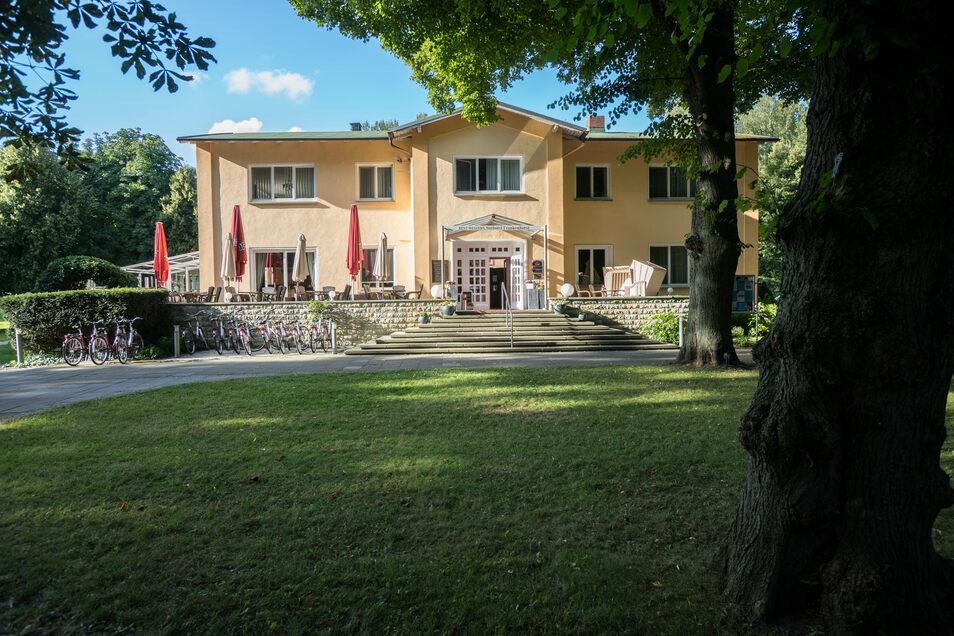 """Im Haupthaus befindet sich das maritim gestaltete Restaurant """"Bootshaus"""" mit Wintergarten, Sommerterrasse und Bar."""