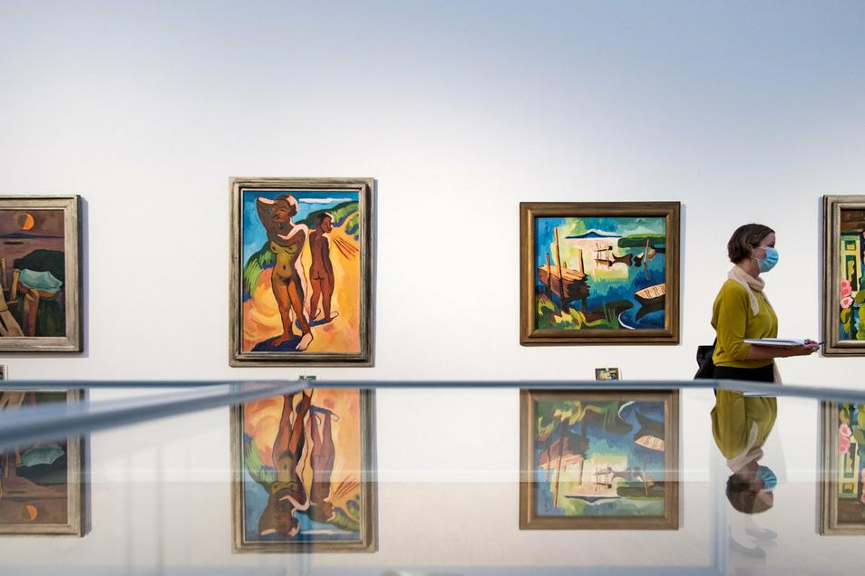"""Die Arbeiten """"Sommerabend am See"""", 1934, """"Auf der Düne"""", 1932, """"Am Belasee"""", 1932, und """"Malven am Haus"""", von Karl Schmidt-Rottluff."""