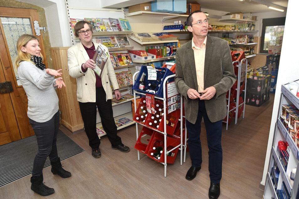 Marica Pawlik vom Handelsverband Sachsen (links) und Thomas Tamme von der Industrie- und Handelskammer Dresden (IHK) geben Inhaber Frank Fetzko Tipps, wie er den Dorfladen noch attraktiver gestalten kann.
