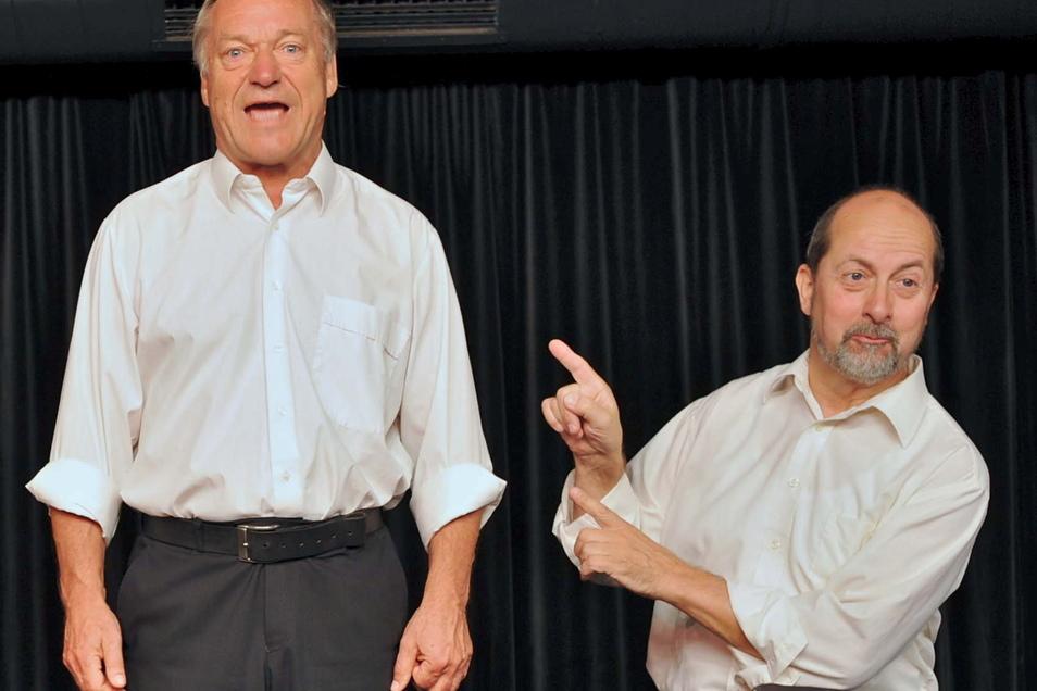 """Burkhard Damrau (links) und Dieter Richter vom Kabarett der Leipziger Pfeffermühle treten am 30. Juli gemeinsam mit Marcus Ludwig mit dem Programm """"da capo – Widersehen macht Freude"""" auf."""