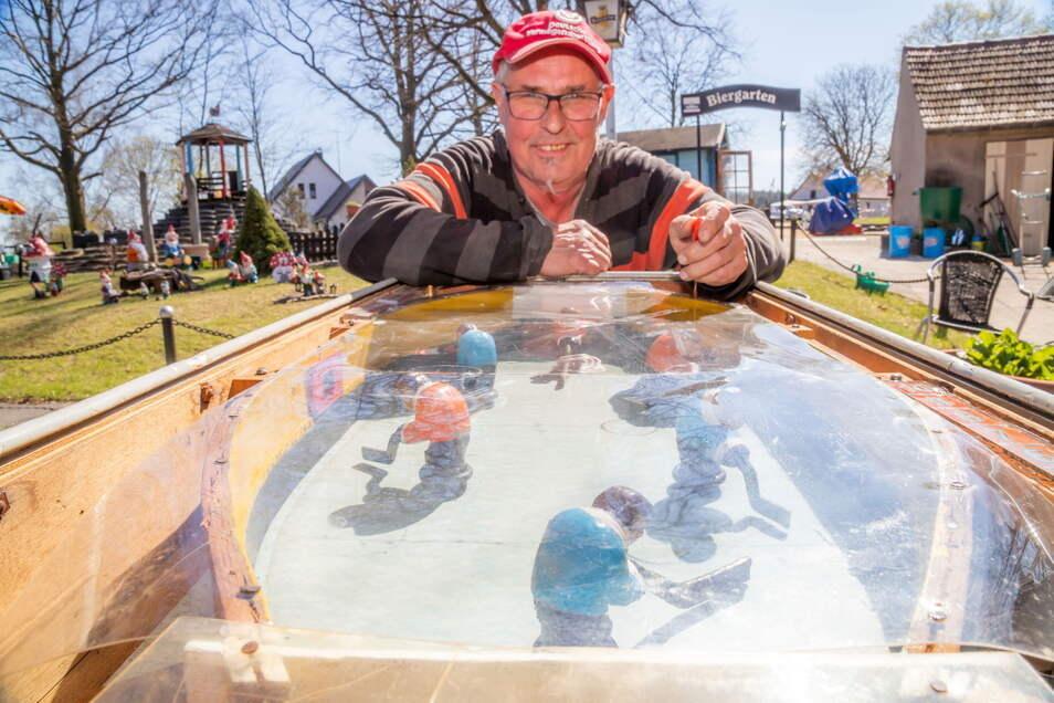 Peter Kuhnt hat ein altes Eishockeyspiel aus dem Görlitzer Helenenbad aufgetrieben. Das will er seinen kleinen Gästen zur Verfügung stellen, wenn es repariert ist.