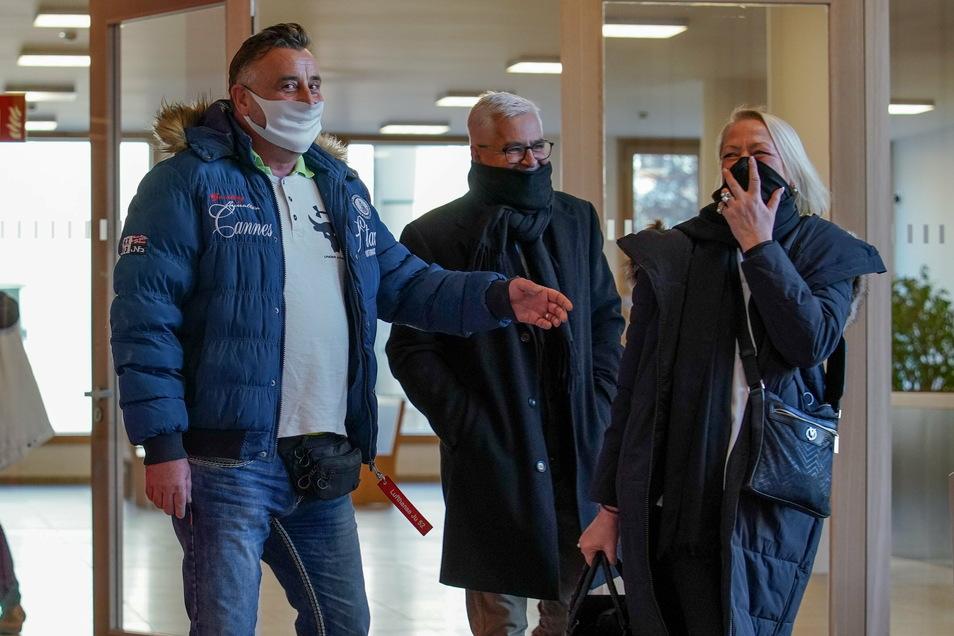 Lutz Bachmann kam mit seiner Verteidigerin Katja Reichel und seinem Pegida-Mitstreiter Wolfgang Taufkirch zu der Verhandlung am Dresdner Amtsgericht.