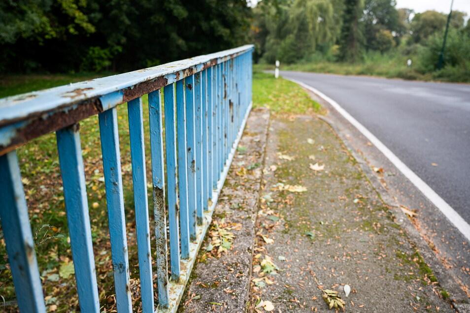 Als noch zu DDR-Zeiten Brücken repariert wurden, erhielten die auch ein Stückchen Gehweg. Der endet aber mit dem Brückengeländer. Zum Gehwegbau ist es nie gekommen. Das ist bei allen Brücken im Dorf so.