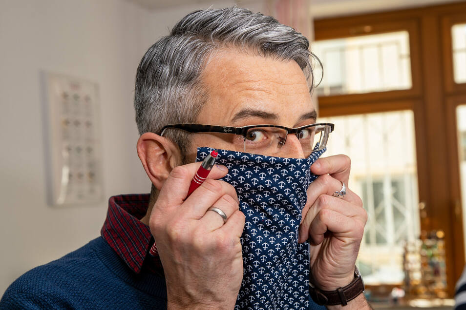 Stoff aussuchen: Kochfeste Baumwolle muss es sein. Die Wahl fällt auf Marineblau mit Ankern. Nicht vergessen, die Luftdurchlässigkeit bei doppelter Lage zu testen.