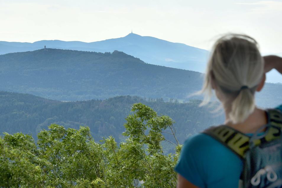 Dieser Blick wird sich fortan für alle Wanderer vom höchsten Berg im Zittauer Gebirge eröffnen. Am Freitagnachmittag wird der Turm zum Aufstieg freigegeben.