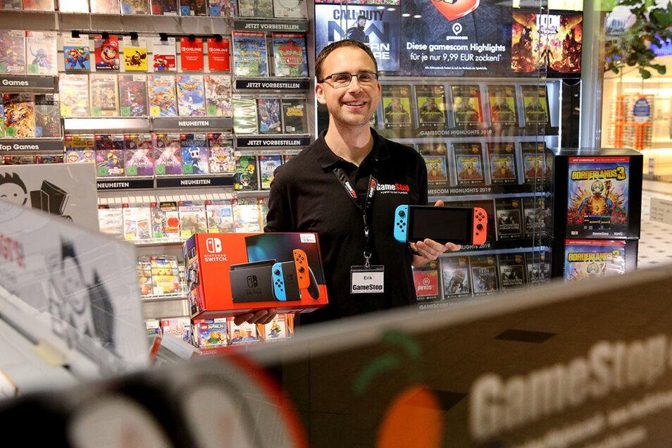 Erik Thust mit Nintendo Switch bei Gamestop.