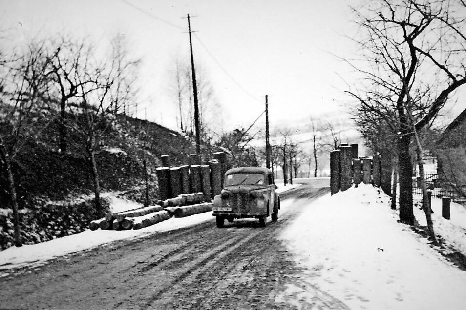 So sah die Panzersperre am Ostritzer Berg (heute B 99) in Höhe der Schäferei aus, um den Vormarsch der Roten Armee aufzuhalten.