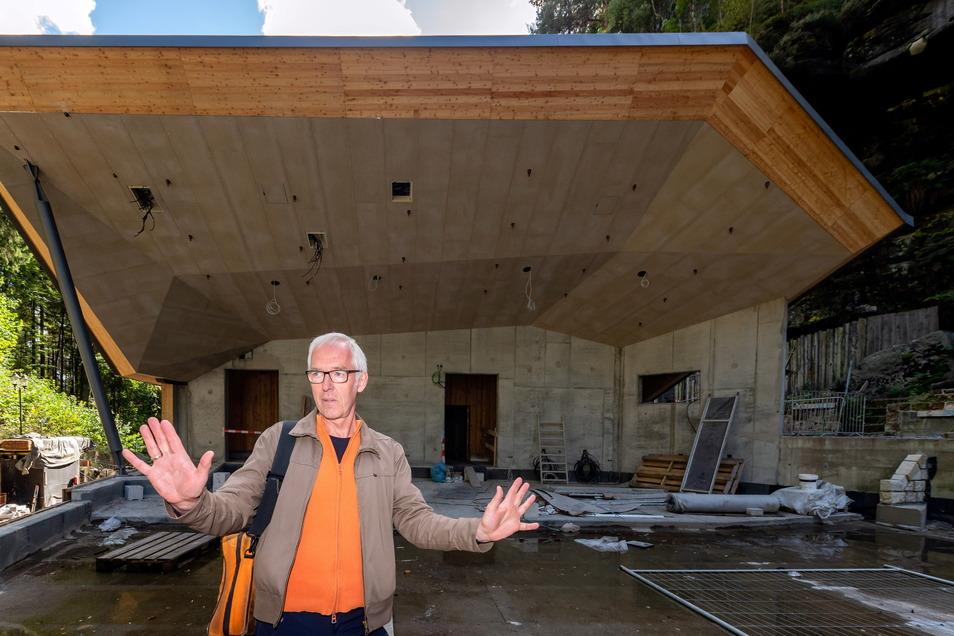 Architekten Lür Meyer-Bassin erläutert das Bauvorhaben des Musikpavillon.