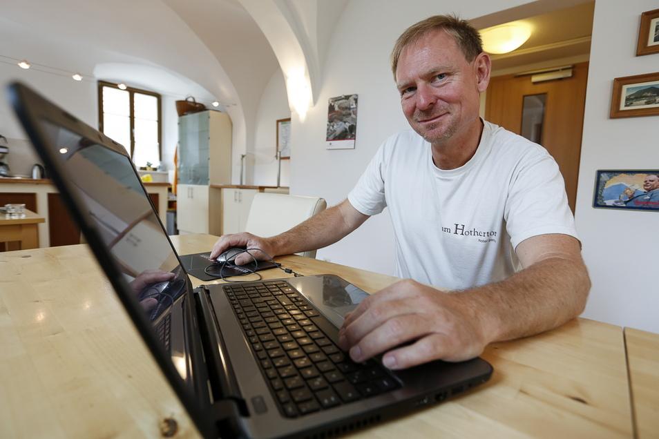 """Gunnar Buchwald Hotelier des Hauses """"Zum Hothertor"""" surft mit seinem Laptop im Internet, hier ein Archivfoto."""