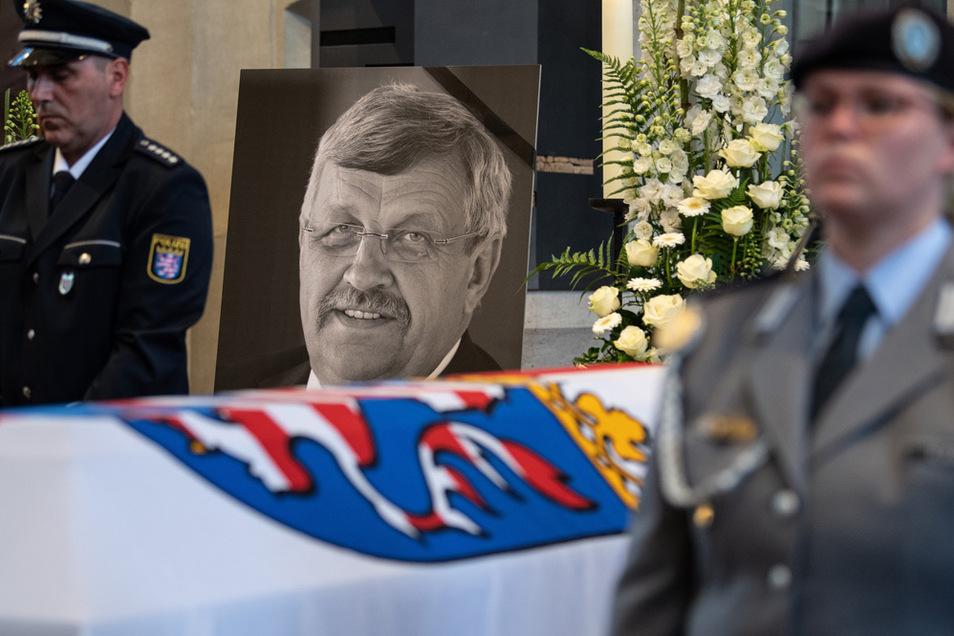 Das Konterfei von Walter Lübcke (CDU) ist am 13. Juni 2019 hinter einem Bundeswehrsoldaten am Sarg bei einem Trauergottesdienst in der Martinskirche zu sehen.